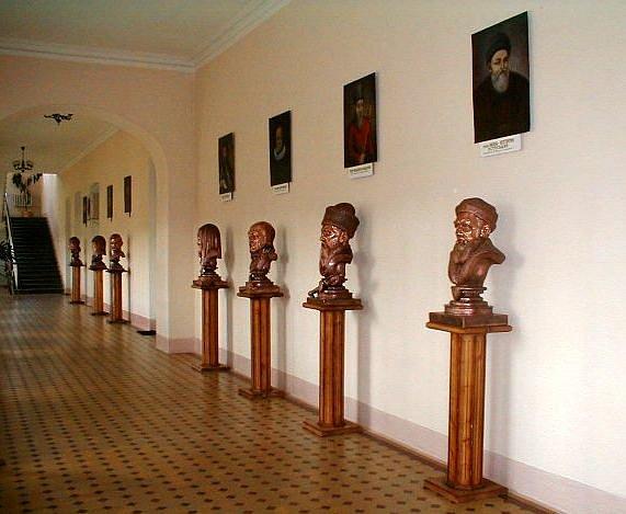 Скульптури в корпусі