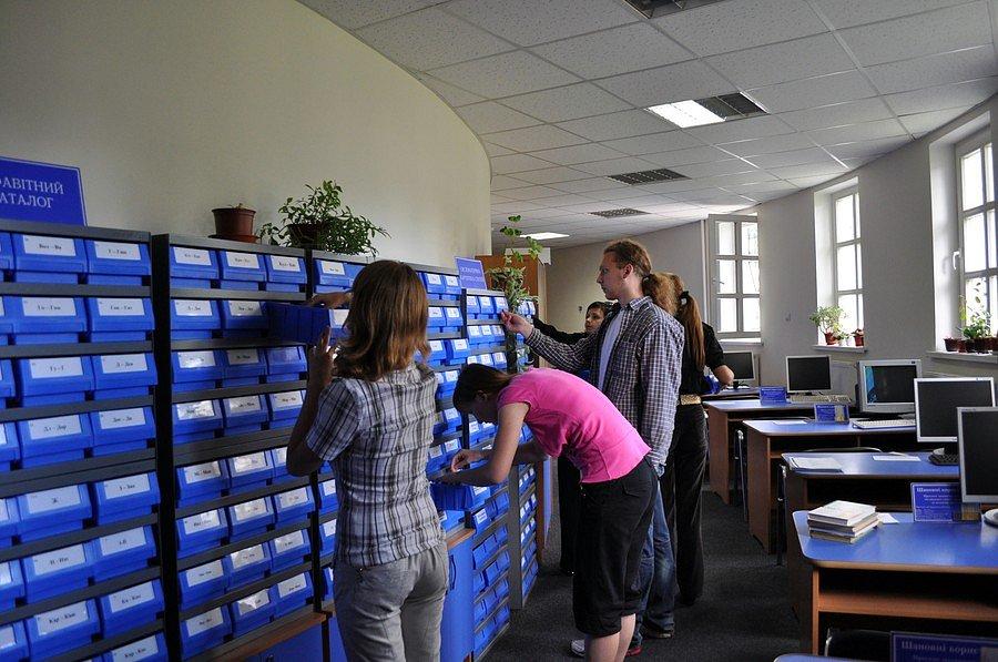 Студенти працюють із каталогами