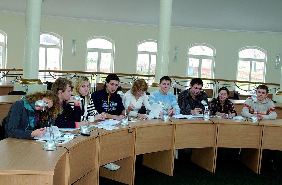 Студенти працюють в науковій бібліотеці